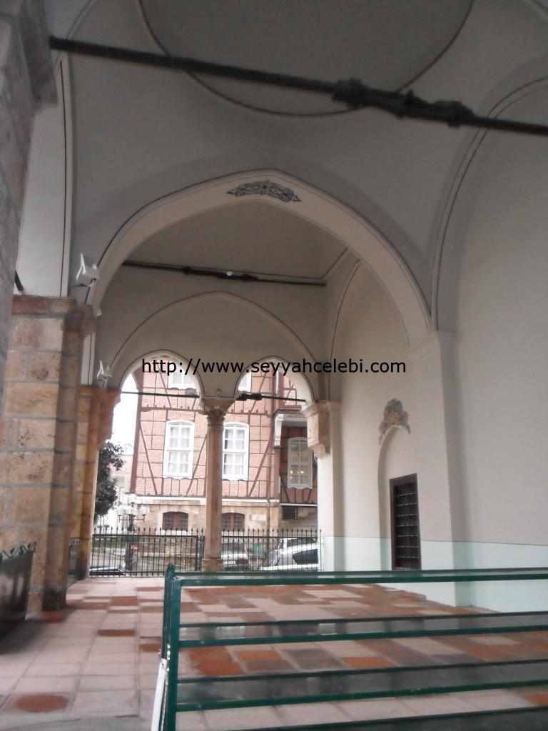 Gazi Orhan Cami Dış Sütunları