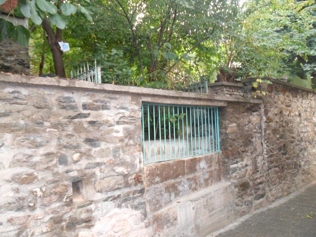 Yol Kenarındaki İsimsiz Evliya Mezarı