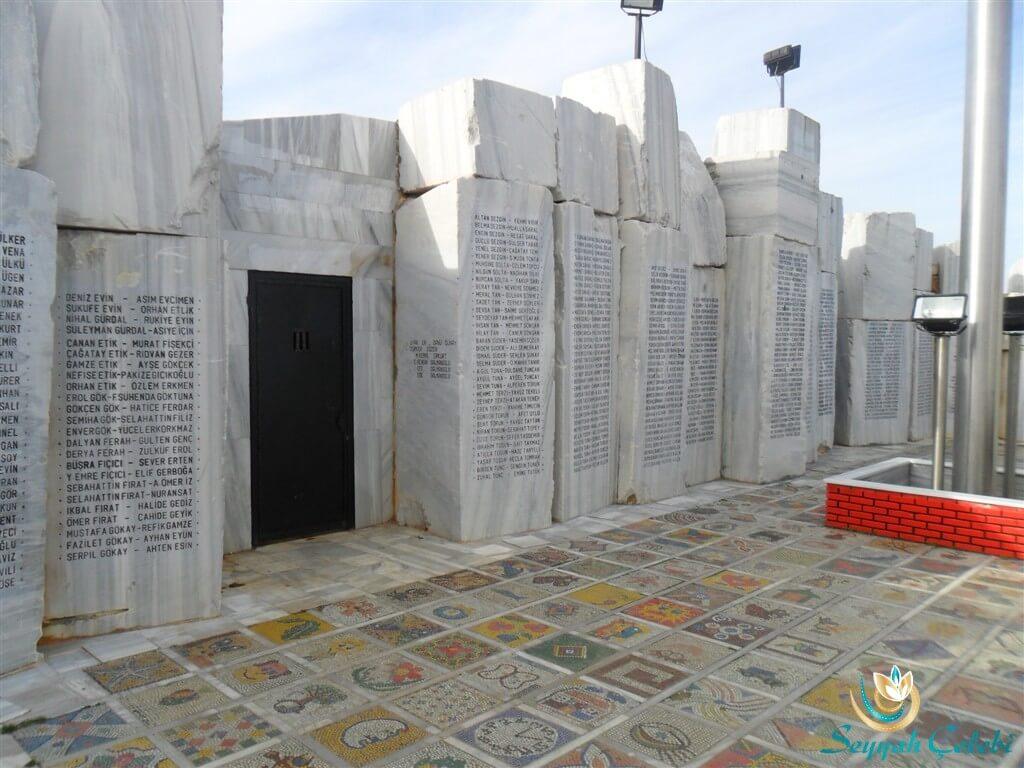 Yalova Deprem Anıtı Mermerler